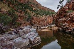 Das Ormiston-Schlucht waterhole, West-MacDonnell-Strecken-Nationalpark, Nordterritorium, Australien stockfotos