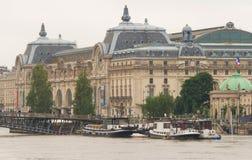 Das Orsay Museum und die Seine in der Flut, Paris, Frankreich lizenzfreies stockbild