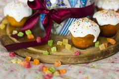 Das Ostern backt mit Band, mit Belag und kandierten Früchten zusammen Stockfoto