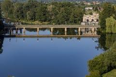 Das Ozalj-Wasserkraftwerk stockbild