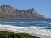 Das Ozeanblau vor drastischen Spitzen lizenzfreie stockbilder