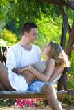 Das Paar ist auf einer Schwingenliebe Stockbilder