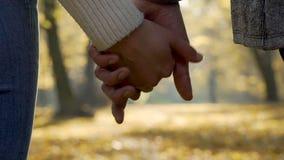 Das Paarlassen gehen von ihren Händen in der Zeitlupe, Ende des Verhältnisses, Trennung stock video footage