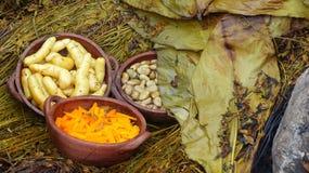 Das pachamanca ist ein ererbter kochender Untertageprozeß auf erhitzten Steinen, Ecuador stockfotos