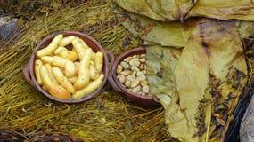 Das pachamanca ist ein ererbter kochender Untertageprozeß auf erhitzten Steinen, Ecuador stockbilder