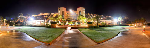Das Panorama des Luxushotels in der Nachtbeleuchtung Stockfotos