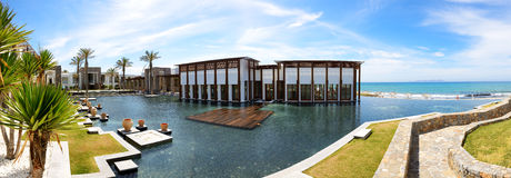 Das Panorama des Restaurants und des Strandes im Luxushotel Lizenzfreie Stockfotos