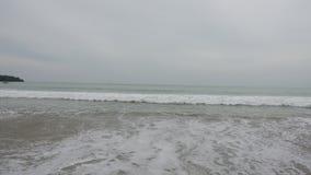 Das Panorama des Strandes Balis Jimbaran Indonesien, rote Fahne ein Signal des Verbots, wegen einer großen Welle, Surfer zu baden stock video