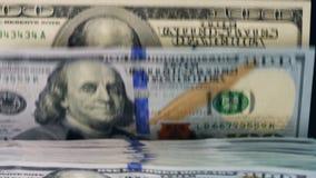 Das Papiergeld, das auf einer Gegenlinie sich verschiebt, überprüfte in einer Maschine stock video footage