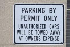 Das Parken durch Erlaubnis-nur nicht autorisierte Autos wird weg am Inhaber-Ausgaben-Zeichen geschleppt stockfotos
