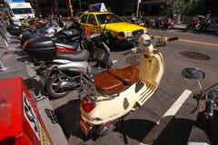 Das Parken von Motorrädern auf der Straße des Stadtzentrums Lizenzfreies Stockbild