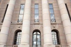 Das Parlament bringen, Spaltestirnseitendetail unter. Helsinki Stockfoto
