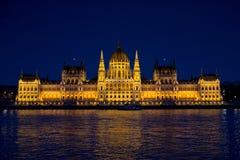 Das Parlament von Budapest nachts Stockfotos