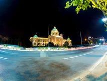 Das Parlamentsgebäude nachts in Belgrad lizenzfreies stockfoto