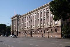 Das Parlamentsgebäude in Tirana lizenzfreie stockbilder