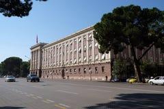 Das Parlamentsgebäude in Tirana stockbilder