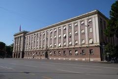 Das Parlamentsgebäude in Tirana stockfotografie