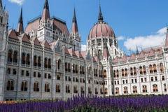 Das Parlamentsgebäude in Budapest, Ungarn Träger werden im Glas des Einkaufszentrums reflektiert Lizenzfreie Stockbilder
