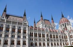 Das Parlamentsgebäude in Budapest, Ungarn Träger werden im Glas des Einkaufszentrums reflektiert Lizenzfreie Stockfotografie
