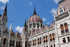 Das Parlamentsgebäude in Budapest, Ungarn Träger werden im Glas des Einkaufszentrums reflektiert Stockfoto