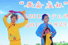 Das Peking-Opernleistung der Kinder auf dem Stadium Lizenzfreies Stockfoto