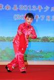 Das Peking-Opernleistung der Kinder auf dem Stadium Stockbild