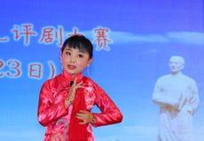Das Peking-Opernleistung der Kinder auf dem Stadium Stockfoto