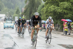 Das Peloton-Reiten im Regen - Tour de France 2014 Stockfotos