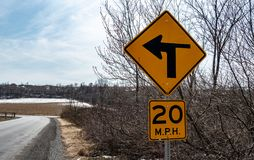 Das Pennsylvania-Verkehrsschild, welches die Straße anzeigt, kommt eine linke Handkurve stockfotos