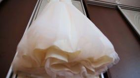 Das perfekte Hochzeitskleid im Raum der Braut stock footage