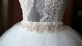 Das perfekte Hochzeitskleid im Raum der Braut stock video footage