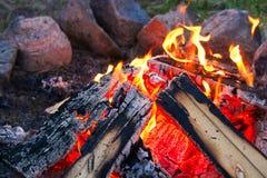 Das perfekte Lagerfeuer mit einem Ring von Steinen um ihn Stockfoto