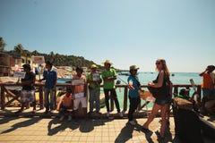 Das Personal grüßte die Reisenden, die durch Fähre zur Insel von Phi Phi in Thailand ankommen Stockfoto