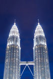 Das Petronas ragt nachts, Petronas-Twin Tower sind Doppelwolkenkratzer in Kuala Lumpur, Malaysia hoch Stockfotografie