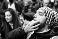 Das Pfeifen bei Marken gießen Marschprotest Le Climat auf französischem stree lizenzfreie stockfotos