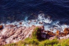 Das Piedmont und die Felsen im klaren Wasser der Bucht Stockbilder