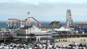 Das Pier- und Autoparken von Santa Monica Beach stock video footage