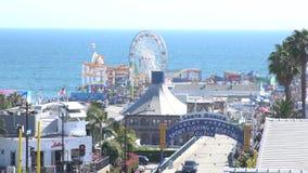 Das Pier- und Autoparken von Santa Monica Beach stock footage
