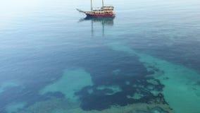 Das Piratenschiff in der Mittelmeervogelperspektive stock video footage