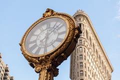 Das Plätteisengebäude mit der 5. Allee-Gebäude-Uhr in Manhattan in New York, NY Stockbild