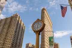 Das Plätteisengebäude mit der 5. Allee-Gebäude-Uhr in Manhattan in New York, NY Stockfotografie