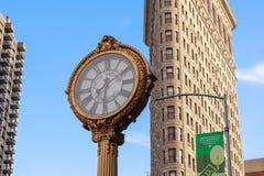 Das Plätteisengebäude mit der 5. Allee-Gebäude-Uhr in Manhattan in New York, NY Stockbilder