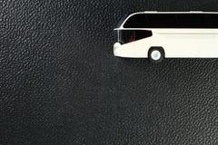 Das Plastikmodell des Busses stellen den Modellauto- und Fahrzeugbetrug dar Lizenzfreies Stockfoto