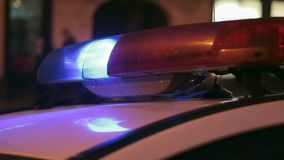 Das Polizeileuchtfeuer gibt mit dem Auto Signale zur Sicherheit, mit einem Retro- Effekt auf undeutliches ein Hintergrund von Sta stock video