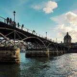 Das Pont des Arts von Paris, durch das Wadenetz lizenzfreie stockfotografie