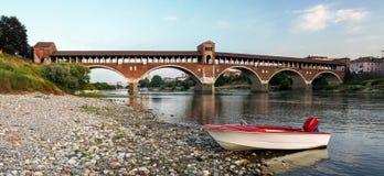 Das Ponte Coperto von Pavia, wie vom Ufer von Fluss Tessin gesehen Lizenzfreie Stockfotos
