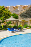 Das Pool, Strandregenschirme und das Rote Meer in Ägypten Lizenzfreie Stockfotos