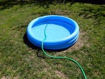 Das Pool wird mit Wasser gefüllt stockfoto