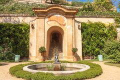 Das Portal mit Sonnenuhr auf der zweiten Terrasse kleinen Palffy-Gartens Stockbilder
