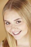 Das Porträt der jungen attraktiven Blondine Lizenzfreie Stockfotografie